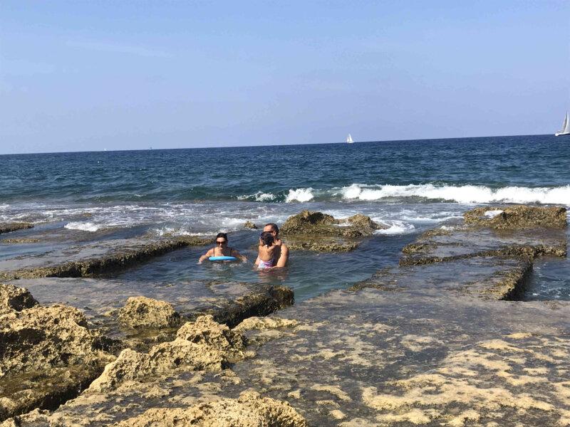 マルタの町のど真ん中にある海のプール