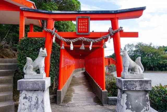 神社の鳥居とこま犬